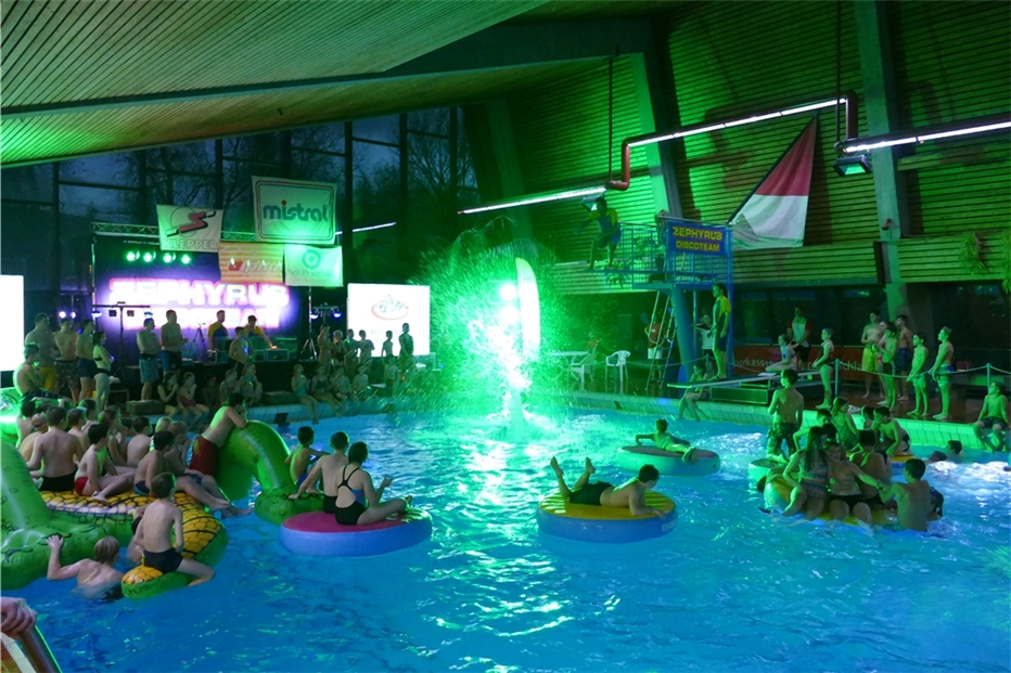 Disco-Pool-Party im Hallenbad