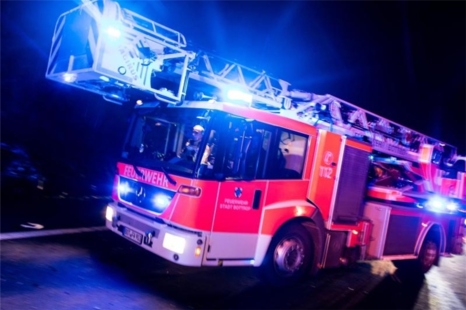 Großfeuer in Neuss: Lagerhalle in Flammen